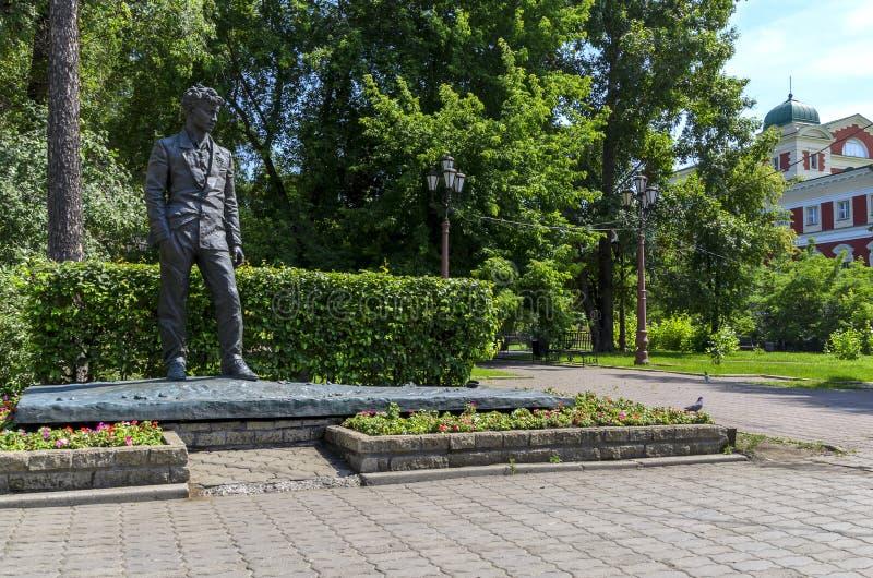 IRKUTSK, RUSSIA - 6 LUGLIO 2019: Monumento a Irkutsk di A Vampilov Scrittore e commediografo di prosa del Russo-Soviet fotografia stock