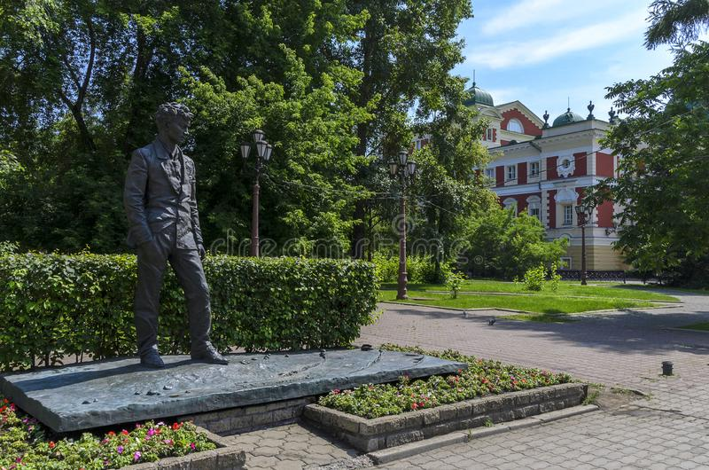 IRKUTSK, RUSSIA - 6 LUGLIO 2019: Monumento a Irkutsk di A Vampilov Scrittore e commediografo di prosa del Russo-Soviet immagini stock