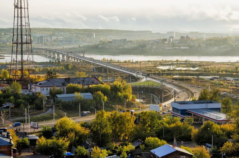 IRKUTSK, RUSSIA - 22 SETTEMBRE 2013: Nuovo ponte di Akademicheskiy Ponte sopra la vista del fiume di Angara qui sopra immagini stock libere da diritti