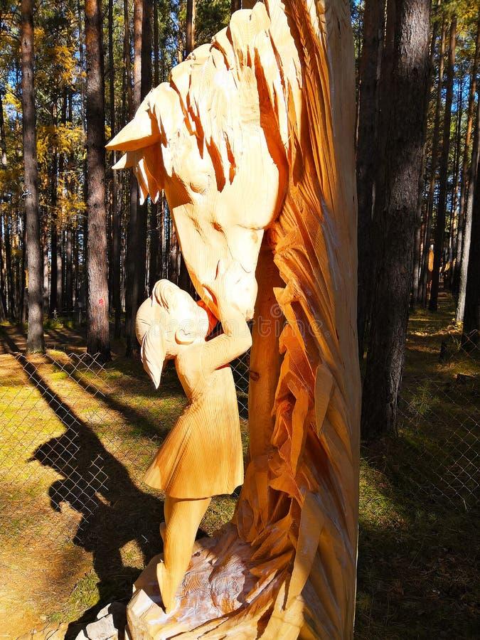 Irkutsk, Russland - 30. September 2018: Ausstellung am internationalen hölzernen Skulptur-Festival - wenig Mädchen küsst ein P lizenzfreies stockfoto