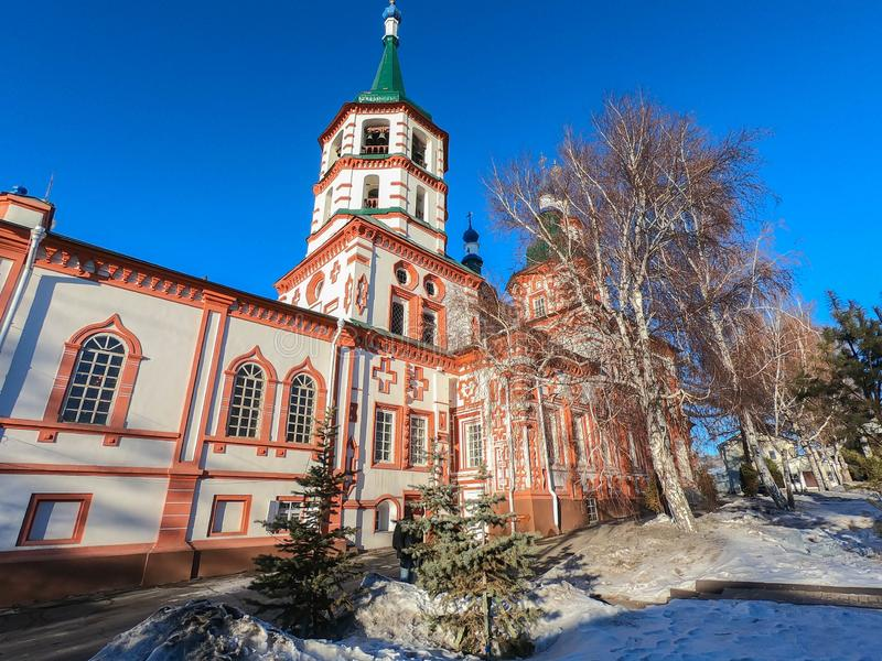 Irkutsk/Ryssland - Februari 18 2019: Kyrka av lyfta av korset i Irkutsk, Ryssland i vinter royaltyfri bild