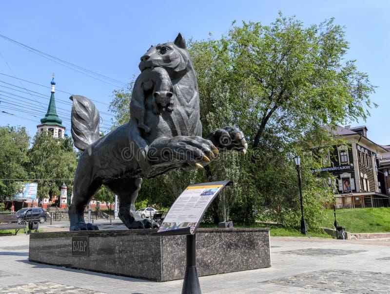 IRKUTSK RYSSLAND - JULI 6, 2019: Babr skulpterar symbol för siberian tiger av den Irkutsk staden royaltyfri foto