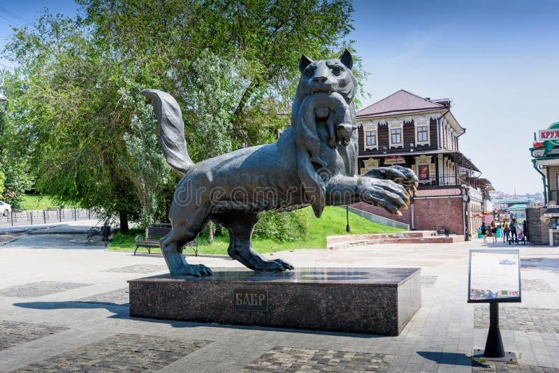 IRKUTSK RYSSLAND - JULI 6, 2019: Babr skulpterar symbol för siberian tiger av den Irkutsk staden royaltyfri fotografi