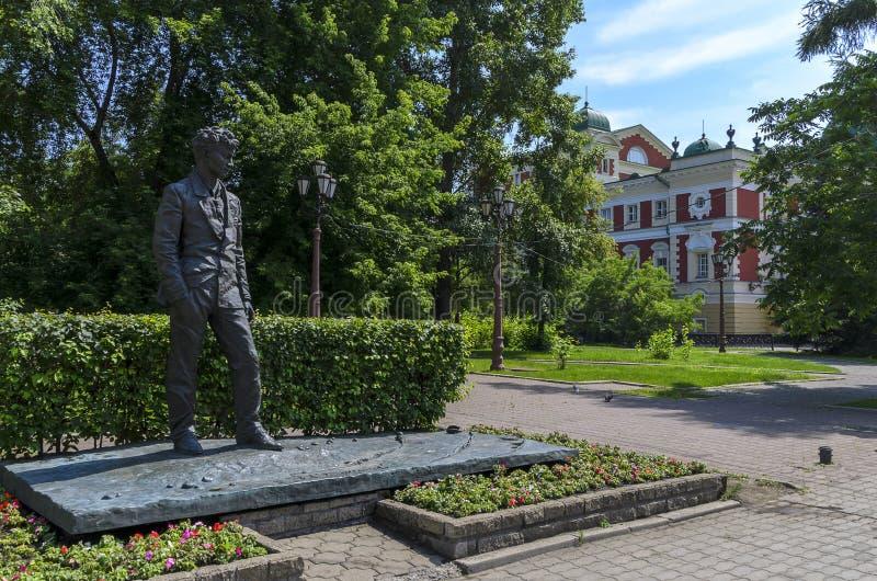 IRKUTSK RYSSLAND - JULI 6, 2019: Monument i irkutsk av A Vampilov Ryss-sovjet prosaförfattare och dramatiker arkivbilder