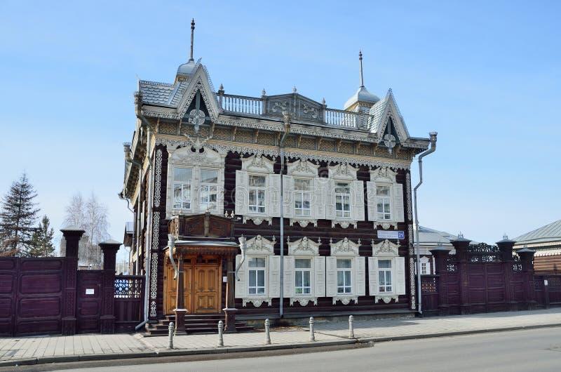 Irkutsk Ryssland, mars, 16, 2017 Hus för spets- ` för ` träav den handels- Shastin i Irkutsk Gata av Friedrich Engels, hus, 21 fotografering för bildbyråer