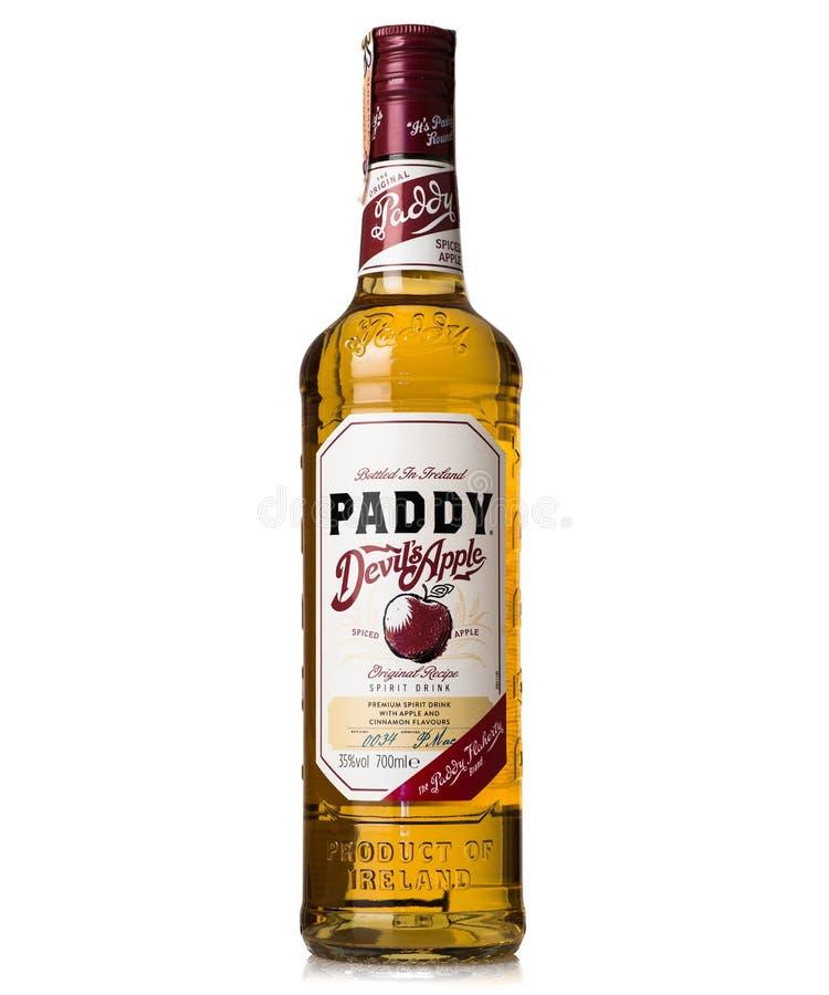 Irländaredevil& x27; irländsk whisky för s-äpple som mognas i eken Irland arkivbilder