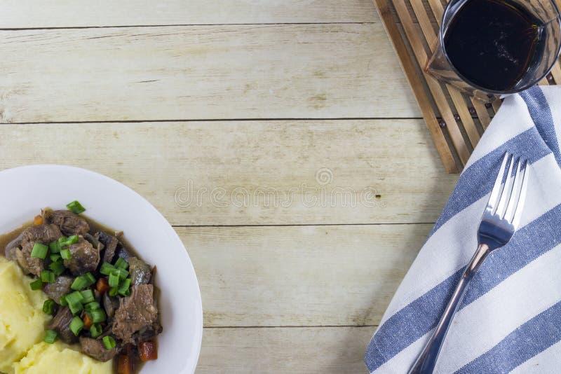 Irländsk ragu för nötkött och för öl med mosade potatisar arkivfoton