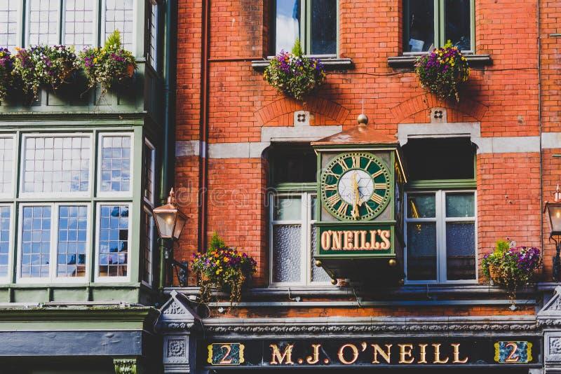 Irländska barbyggnader och arkitektur i Dublin stadsmitt på a royaltyfria bilder