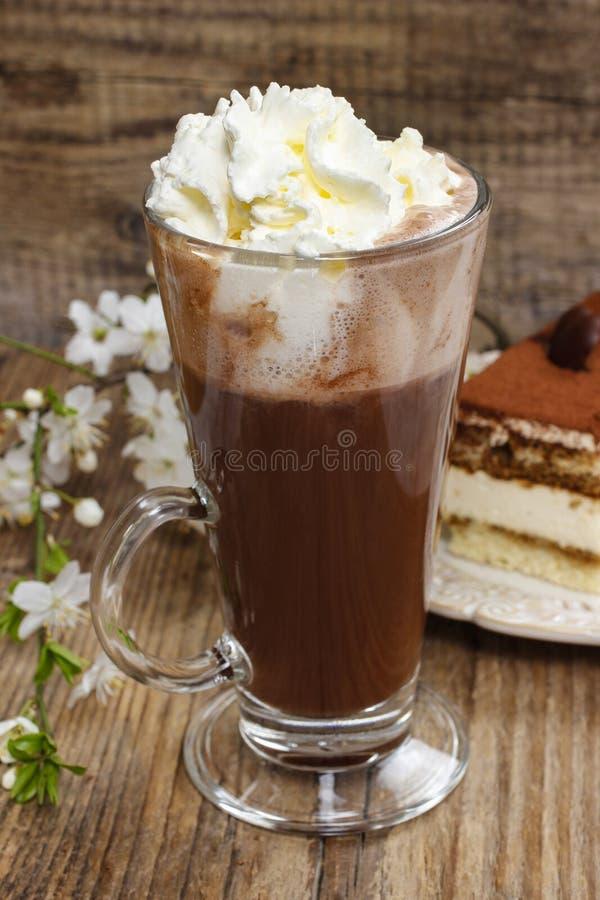 Irländskt kaffe på trätabellen. Tiramisukaka fotografering för bildbyråer