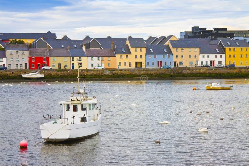 Irländskt kust- landskap med de typiska kulöra fiskarnas hus med att slutta tak Galway - Irland arkivfoto