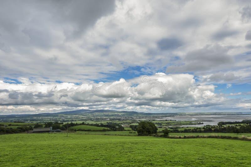 Irländskt landskap med den gröna ängen mot moln, Ardmore, Irland royaltyfria bilder