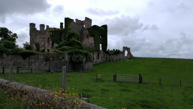 Irländskt slottstormregn royaltyfri fotografi