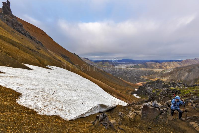 IRL em caminhar a trilha à montanha do vulcão de Brennisteinsalda nas montanhas de Islândia Região de Landmannalaugar de Fjallaba imagens de stock royalty free