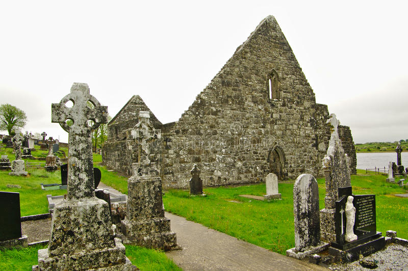 Irland, alte Kirche und Kirchhof stockbild