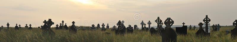 Irland kyrkogård på solnedgångpanorama arkivfoto