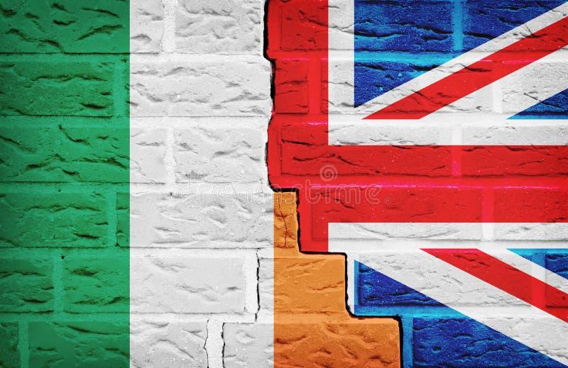 Irland och Storbritannien flagga på den brutna väggen vektor illustrationer