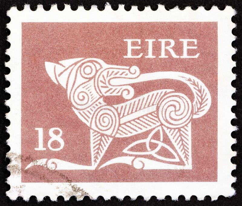 IRLANDA - CERCA DE 1981: Um selo impresso na Irlanda mostra um cão de uma arte finala antiga, cerca de 1981 imagens de stock