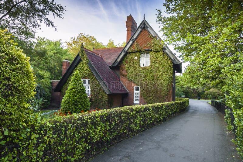 Irlanda - Dublin - misterioso escondido hera-coberto o alojamento de Ardilaun aka a casa de campo do jardineiro cercada pelo pa v fotos de stock royalty free