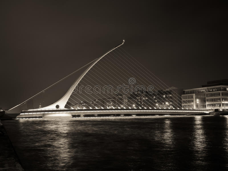 Irlanda - Dublin Samuel Beckett Bridge At Night foto de archivo