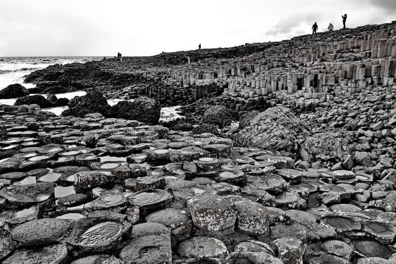 Irlanda gigante da calçada em preto e branco foto de stock royalty free