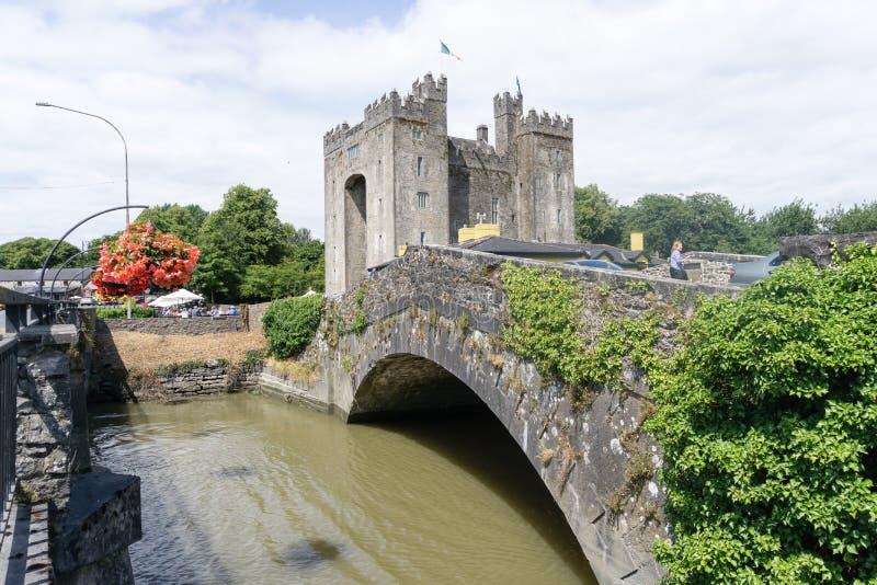 Irlandczyka Bunratty kasztel w okręgu administracyjnym Clare z rzeką i mostem, Irlandia obrazy stock