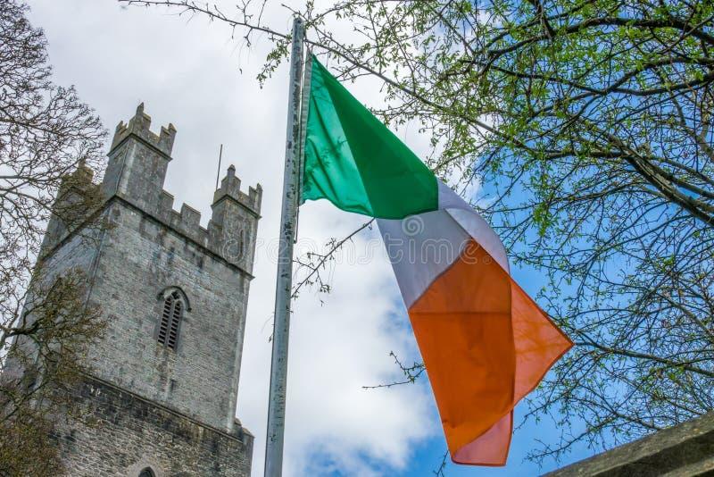 Irlandczyka St i flaga katedry Maryjny wierza zdjęcie royalty free