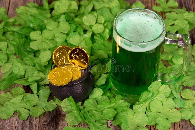 Irlandczyka zielony piwo i złociste monety zdjęcie stock