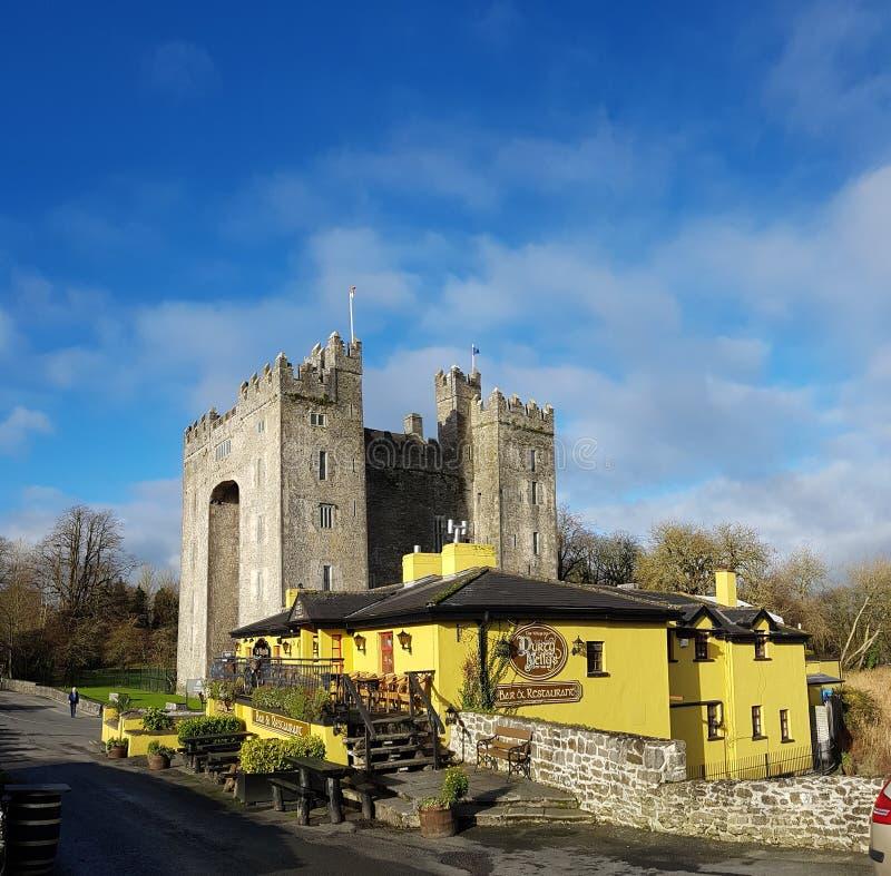 Irlandia, Nov - 30th 2017: Piękny widok Irlandia ` s sławny kasztel i irlandczyka pub w okręgu administracyjnym Clare fotografia royalty free