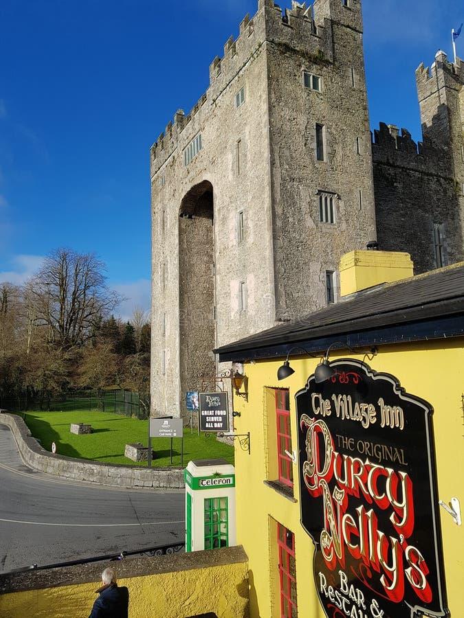 Irlandia, Nov - 30th 2017: Piękny widok Irlandia ` s sławny kasztel i irlandczyka pub w okręgu administracyjnym Clare zdjęcie stock