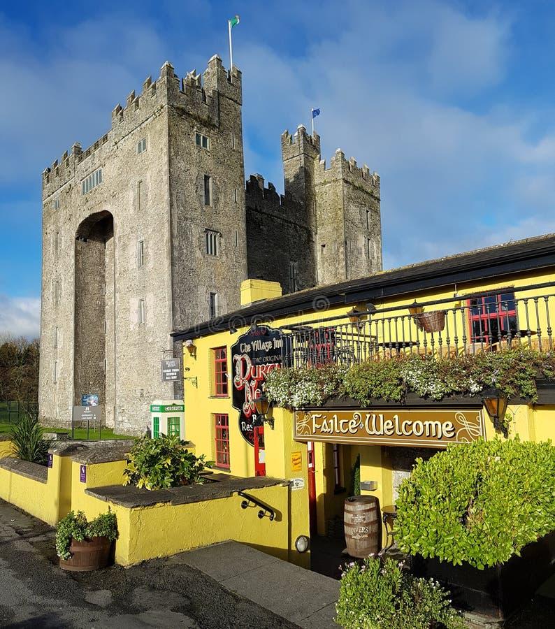 Irlandia, Nov - 30th 2017: Piękny widok Irlandia ` s sławny kasztel i irlandczyka pub w okręgu administracyjnym Clare zdjęcie royalty free
