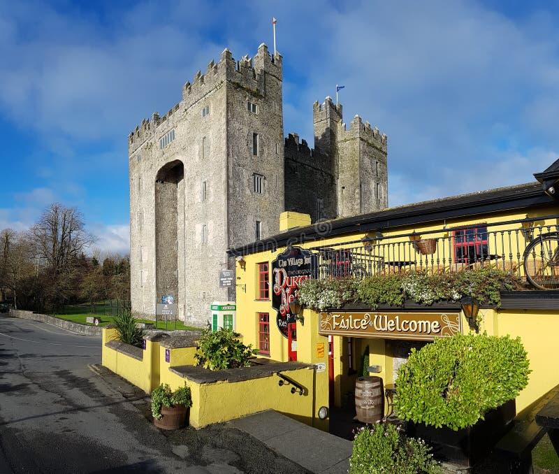 Irlandia, Nov - 30th 2017: Piękny widok Irlandia ` s sławny kasztel i irlandczyka pub w okręgu administracyjnym Clare obraz royalty free