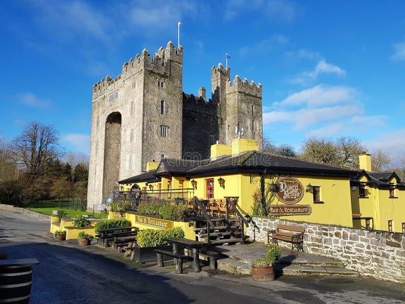 Irlandia, Nov - 30th 2017: Piękny widok Irlandia ` s sławny kasztel i irlandczyka pub w okręgu administracyjnym Clare zdjęcia stock