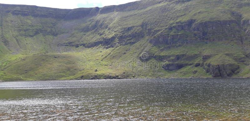 Irlandzka góra i jezioro zdjęcia stock
