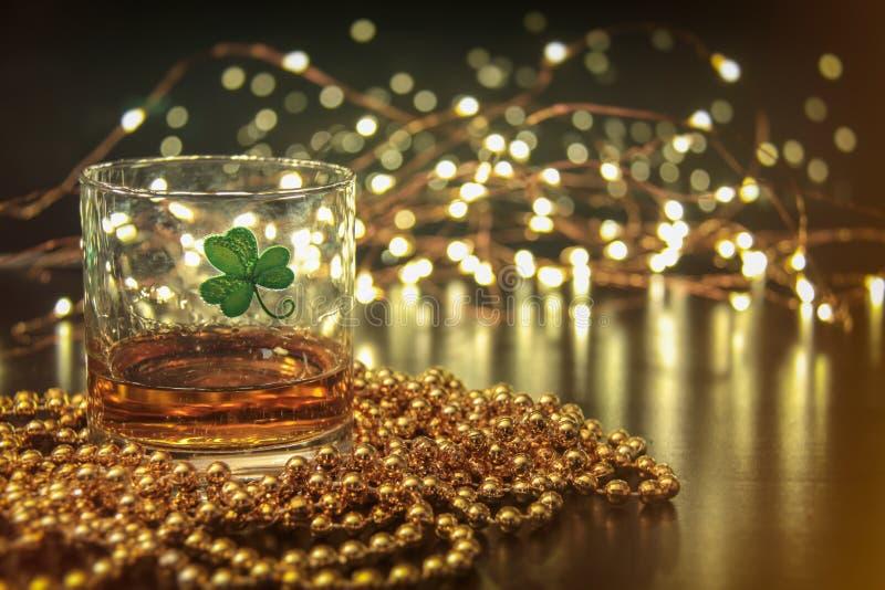 Irlandzka whisky St Patricks Koniczynowa Złota łuna zdjęcie royalty free