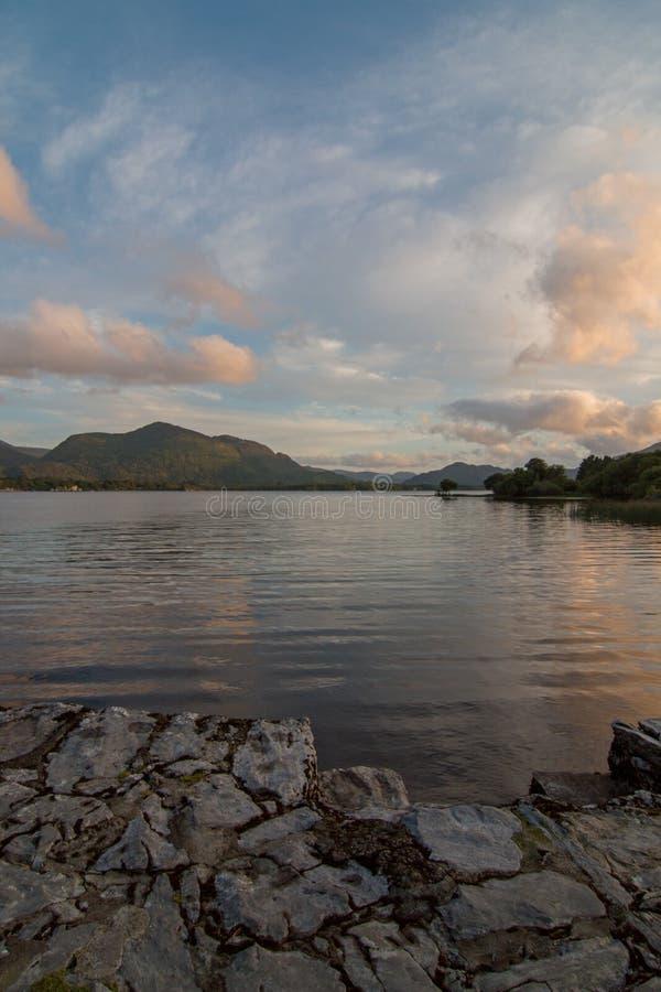 Irlandzki Mroczny zmierzch nad Lough Leane na pierścionku Kerry w Killarney Irlandia zdjęcie stock