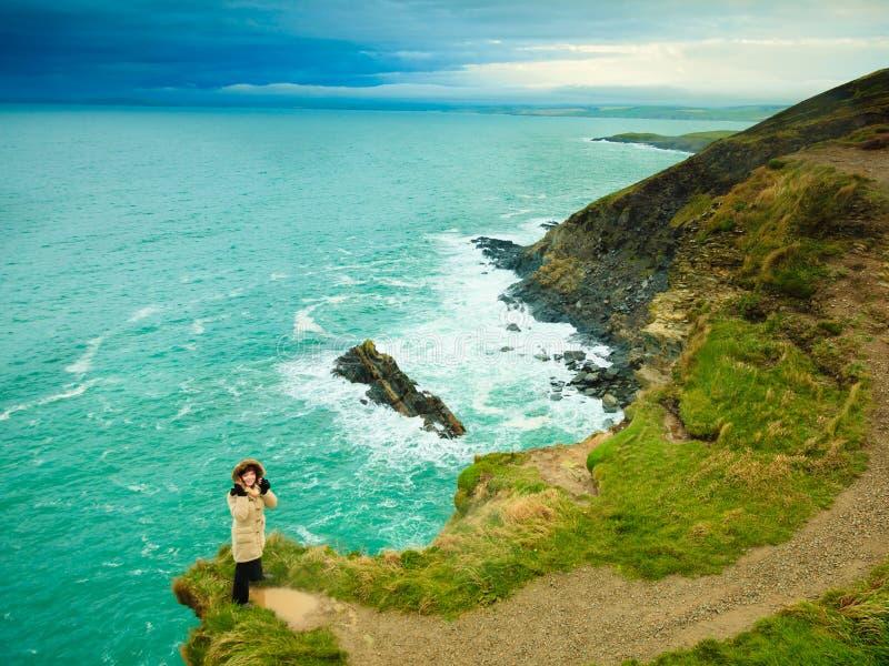 Irlandzkiej atlantyckiej brzegowej kobiety turystyczna pozycja na rockowej falezie zdjęcie stock