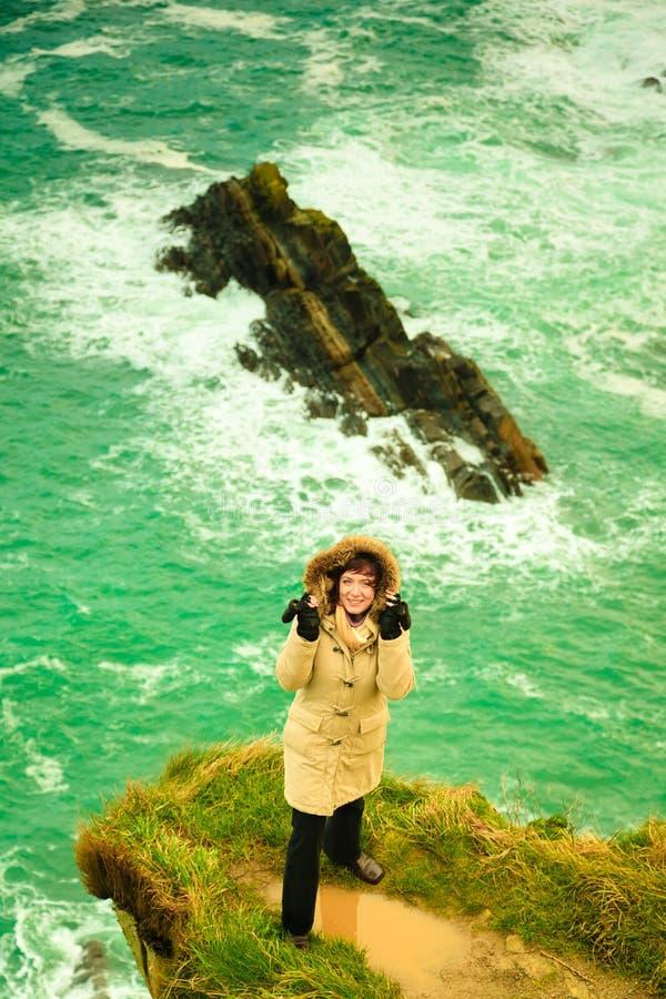 Irlandzkiej atlantyckiej brzegowej kobiety turystyczna pozycja na rockowej falezie zdjęcie royalty free