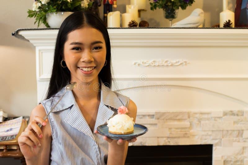 A irmã asiática toma a gosto da foto o bolo doce delicioso imagem de stock royalty free