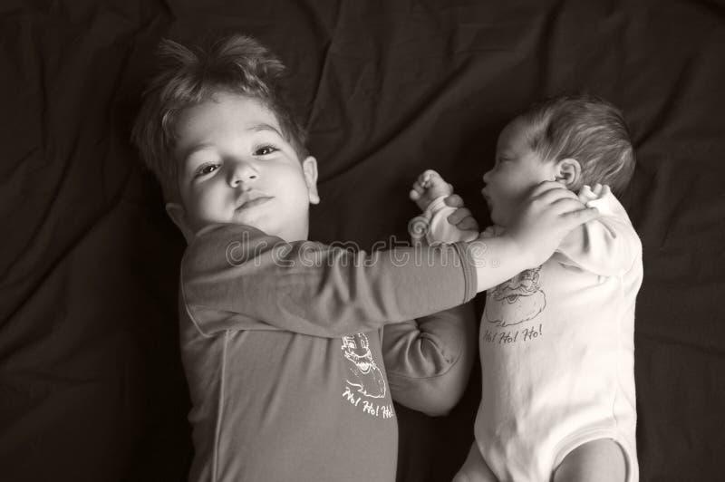 Irmã do big brother e do bebê foto de stock