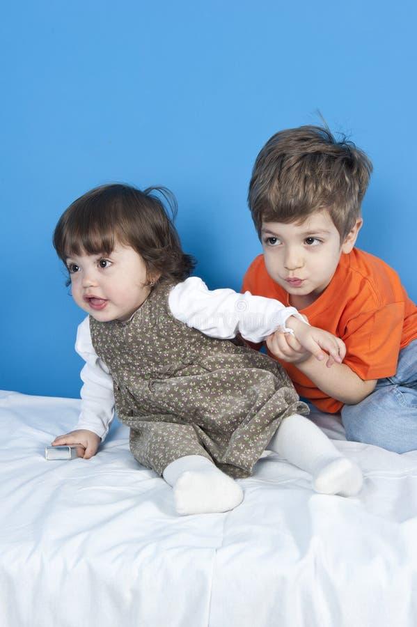 Irmã e irmão felizes imagem de stock