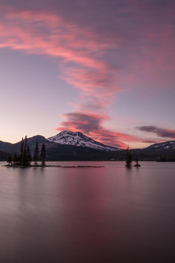 Irmã e lago sul sparks com um céu cor-de-rosa e azul fotografia de stock royalty free