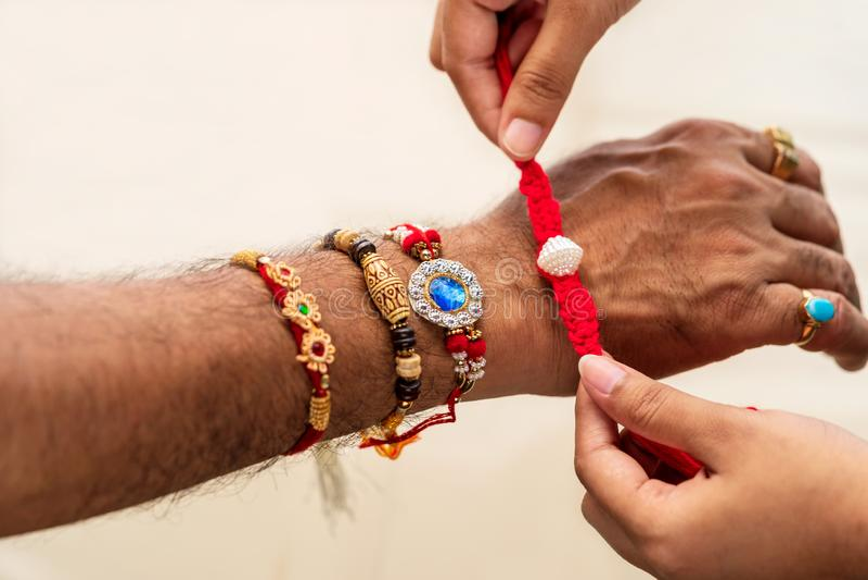 Irmã Giving Her Brother Rakhi On Raksha Bandhan imagem de stock