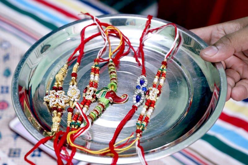 Irmã nova indiana que amarra o rakhi no pulso do irmão imagens de stock royalty free
