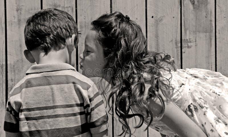 Irmã que beija o irmão fotografia de stock royalty free