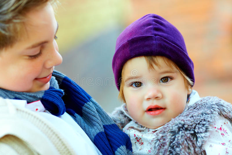 Irmão bonito e irmã fotografia de stock