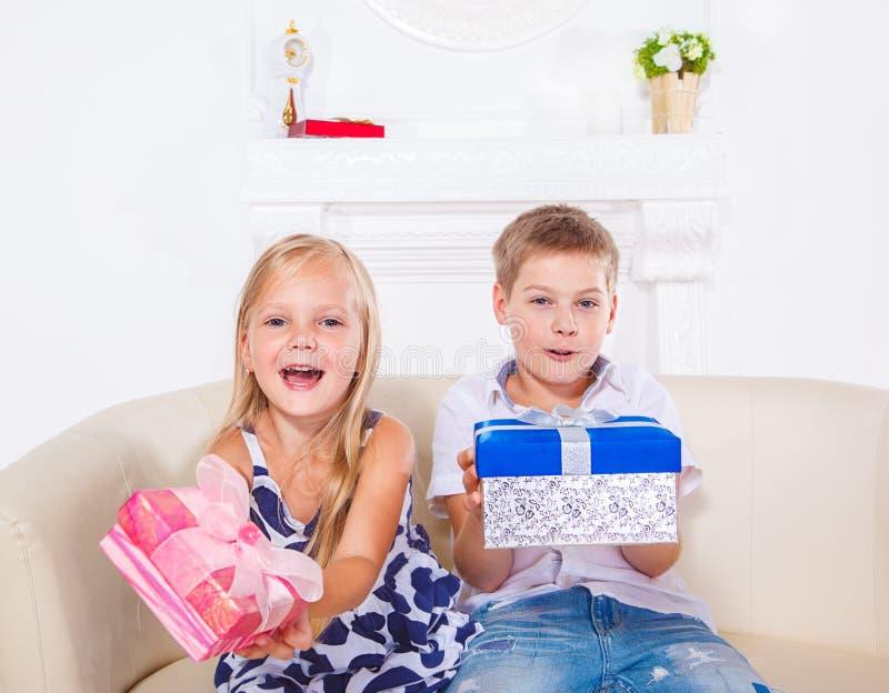 Irmão e irmã com presentes fotos de stock