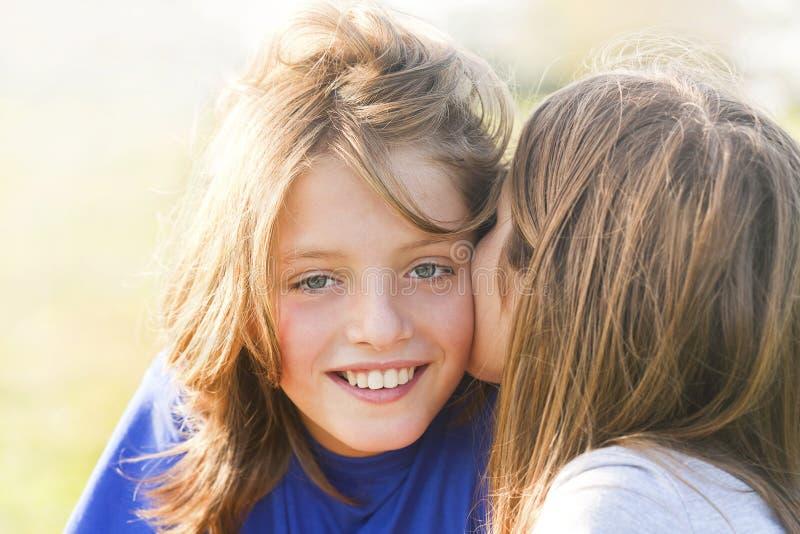 Irmão e irmã do abraço fotografia de stock royalty free