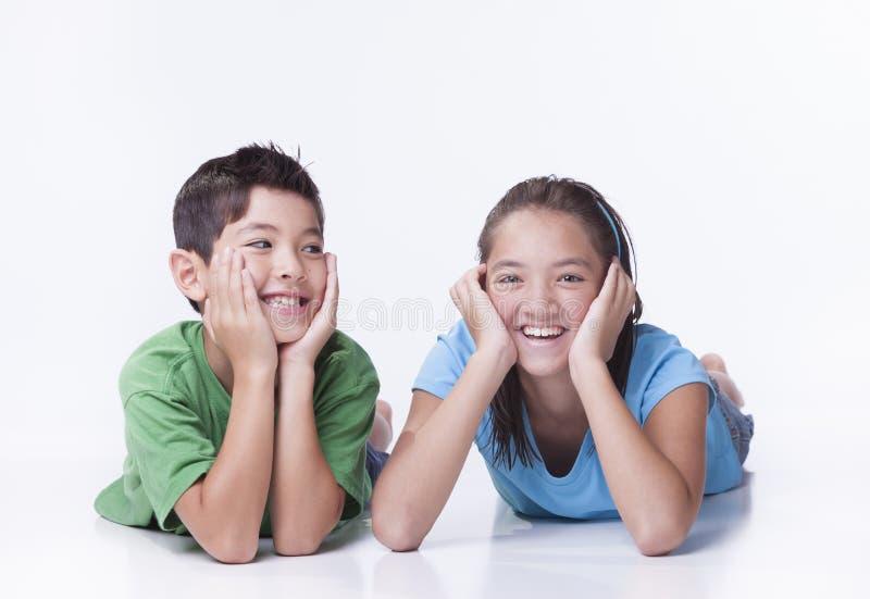 Irmão e irmã felizes fotografia de stock