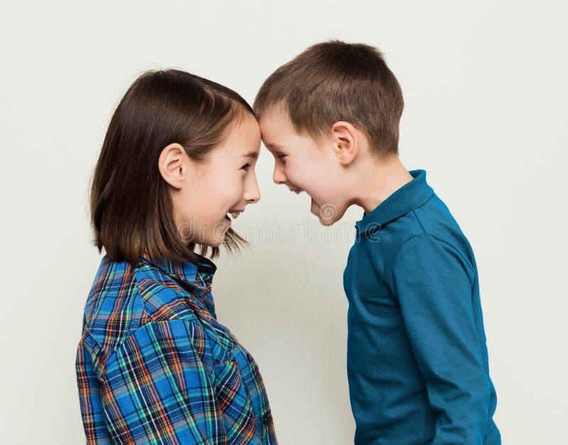 Irmão e irmã felizes, fundo do estúdio fotos de stock royalty free