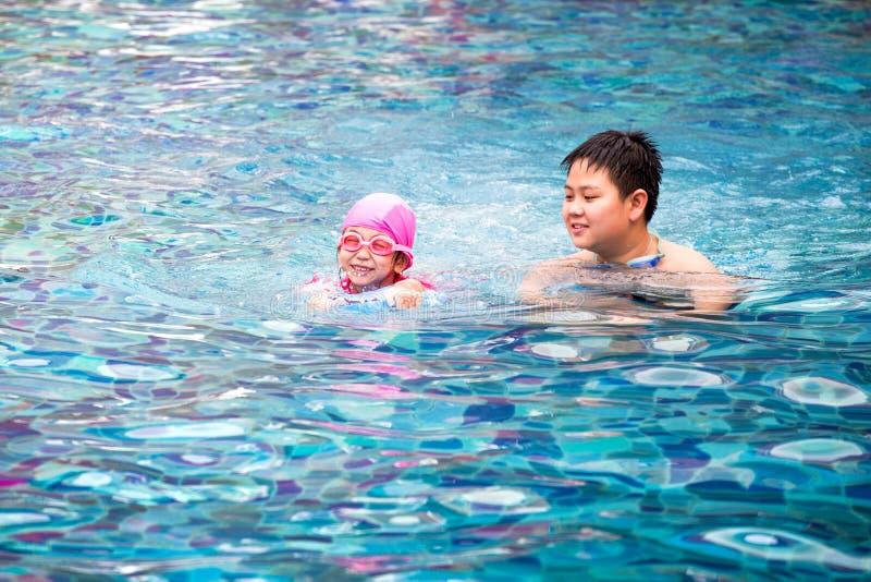 Irmão e irmã, meninas felizes e menino jogando ao redor i imagem de stock royalty free